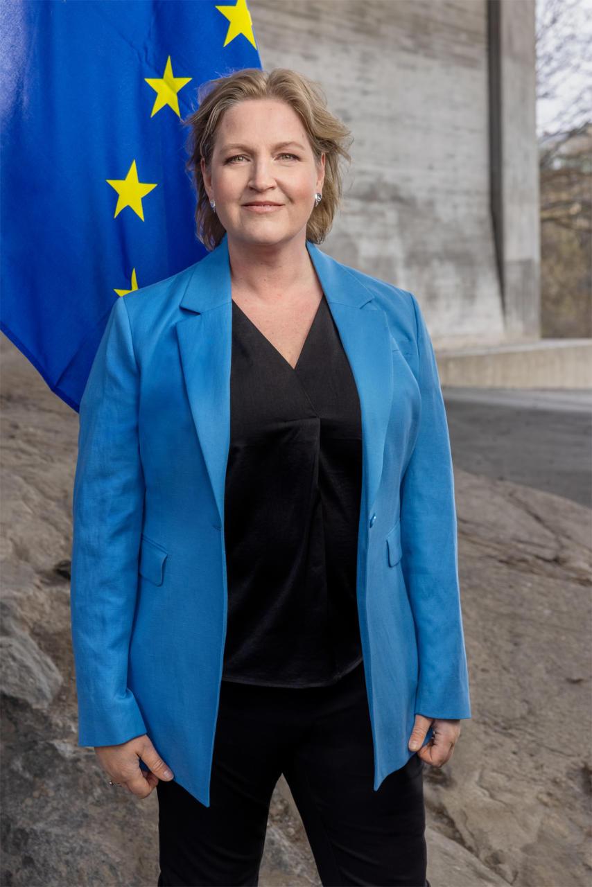 Liberalerna kräver att Sverige ska byta till belarusiska oppositionsflaggan